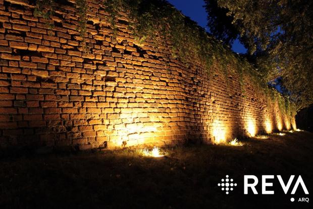 Mur w Brześciu Kujawskim #architektura #iluminacje #kościoły #LED #oprawy #oświetlenie
