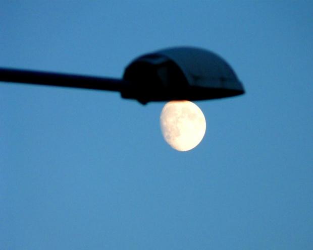 Księżyc taki, że tylko łyżką jeść... #Księżyc
