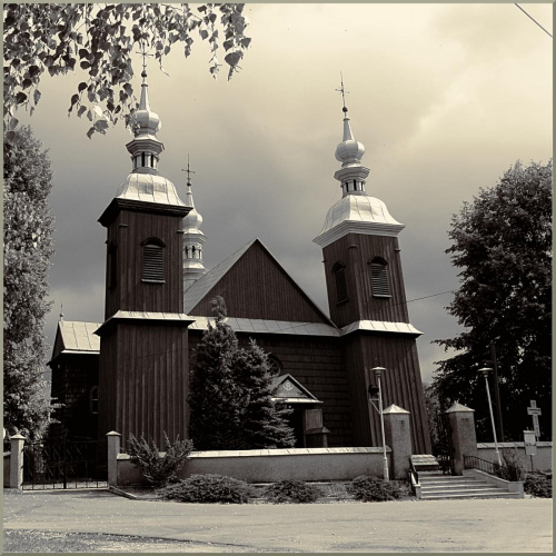 Kościół w JAĆMIERZU z poł. XVII w. jest jednym z nielicznych dwuwieżowych kościołów drewnianych naśladujących architekturę murowaną