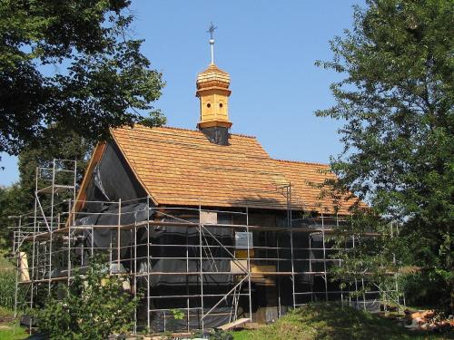 Dach pokryty gontem, odrestaurowana sygnaturka. Do końca remontu naszego kościółka jeszcze daleko, bo to przerażająco kosztowna inwestycja. Dach i sygnaturka kosztują 322 000 zł. Prace są możliwe dzięki dofinansowaniu MKiDN oraz Małopolskiego Konserwat...