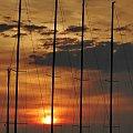 Jachty nie harfy, wanty nie struny, ale jak nie wiatr, to słońce na nich zagrać moż #jacht #port #przystań #marina #maszt #wanta #sztag #słońce #zachód #wschód