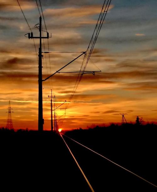 Uwaga! Nadchodzi (tzn. wschodzi) #wschód #słońce #tory #trakcja