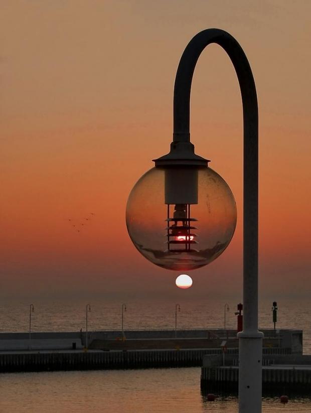 Świeczka? Knoty jakieś! Energa? Ktoś kabla ciągnie sobie! Słońce to najlepsze źródło energii (w tym światła) #słońce #wschód #latarnia
