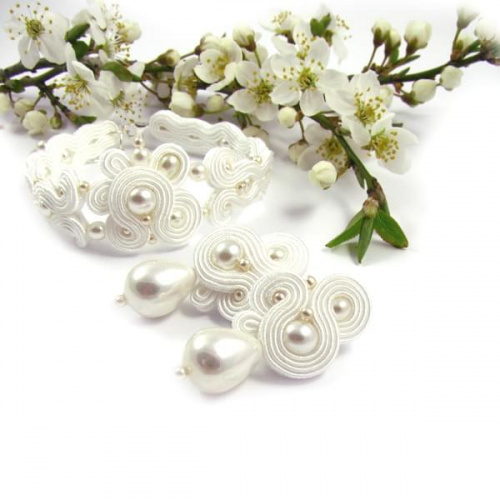 Śnieżnobiały komplet ślubny z perłami
