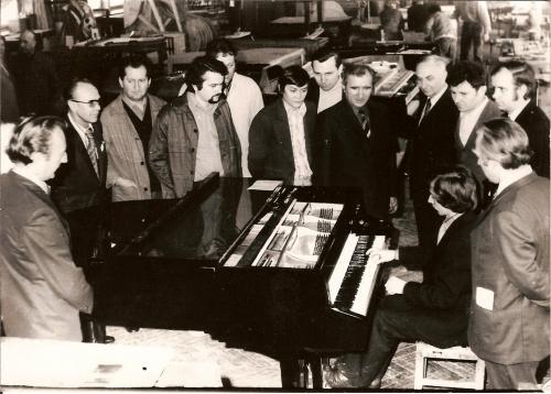 Krystian Zimmerman przy fortepianie ufundowanym przez KFFiP Calisia dla uhonorowania wygranej w Międzynarodowym Konkursie Chopinowskim